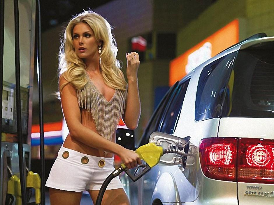 Блондинка на заправке. Залейте мне бензин до Сочи!