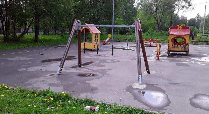Яжемать на детской площадке устроила туалет